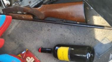 Tanto las bebidas alcohólicas como el fusil fueron incautados ayer.