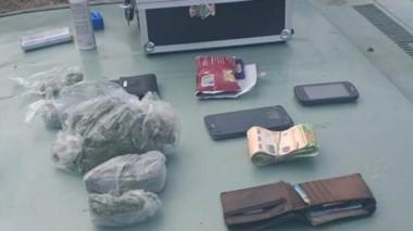 Tanto la marihuana como el dinero que poseían fueron incautados.