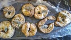 El personal penitenciario halló dentro de unos chinchulines que llevaba la concubina de un interno, 8 envoltorios de nailon con marihuana.