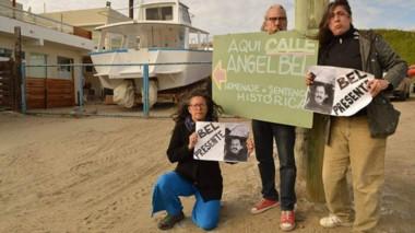Vecinos de Pirámides posan en la calle que homenaje a Elvio Ángel Bel.