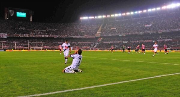 Gastón Bottino no lo puede creer. El defensor de Río Cuarto anotó el primer gol de Brown en el Monumental.