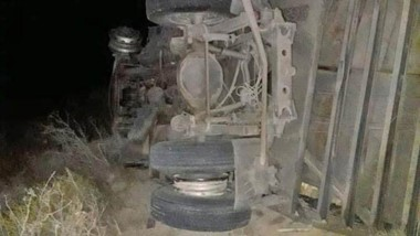 Tras rozar a otro, el camión volcó para evitar una colisión frontal.