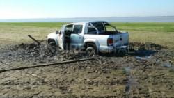 Insólito: una camioneta quedó varada durante 12 horas en el lecho de la laguna Setúbal. (Foto: @AiredeSantaFe)