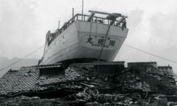 En Japón, el tsunami llevó este barco arriba de un tejado.