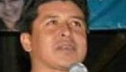 Ladri. El concejal Héctor Cari pasó por el correo a cobrar los $10.000 sin despeinarse.