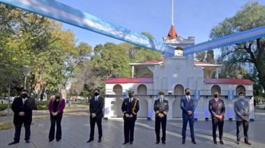 Distancia. Una postal de los funcionarios frente  a la réplica del Cabildo en la Plaza de Trelew.