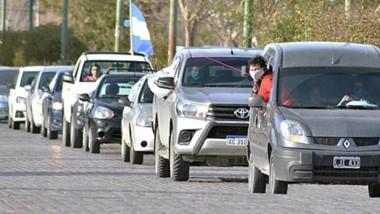 Un larga fila de vehículos partió de la Laguna Chiquichano de Trelew, para luego hacer una recorrida por las calles céntricas de Trelew.