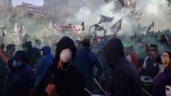 Pese a la prohibición que impone el aislamiento social, miles de trabajadores municipales de Córdoba se movilizaron por un reclamo salarial.