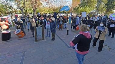 Postal repetida. Los gremios estatales volvieron a manifestarse frente a Casa de Gobierno para exigir por los sueldos atrasados.