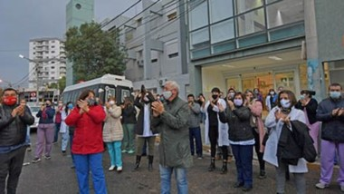 Equipo de Salud. Desde todas las áreas del Hospital Zonal de Trelew participaron del abrazo simbólico y el aplauso para la labor que se viene realizando en medio de la pandemia.