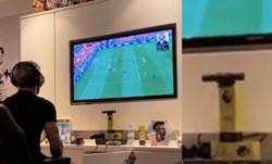 El Kun Agüero apoya la cámara de la play en los trofeso de jugadores del mes de la Premier League.