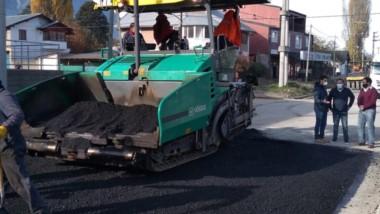 Obras son amores. El intendente Bruno Pogliano estuvo en la pavimentación de calle Rivadavia.