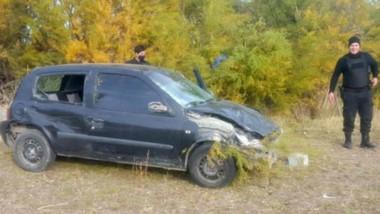 El automóvil Renault Clío sufrió varios daños cuando su chofer no pudo evitar el descontrol del mismo.