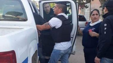 La Policía se lleva detenido a uno de los involucrados en el asesinato.