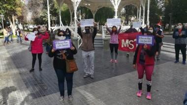 En la Plaza Independencia, varios docentes se movilizaron para pedir por el pago de sus haberes atrasados.