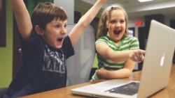 Dos nenes de 9 años pensaron que el fin de las clases en línea podía solucionarse si la maestra se quedaba sin internet en su casa.