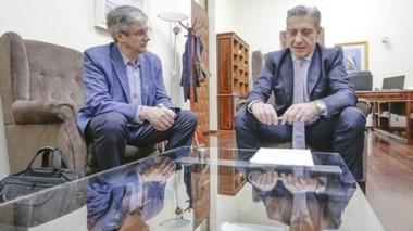 Trato hecho. Arcioni en su despacho con el intendente de Esquel para el convenio de Asistencia Financiera.