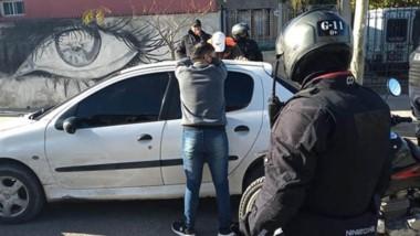 La aprehensión de los dos individuos de 20 y 25 años se produjo en plena vía pública del barrio Tiro Federal.