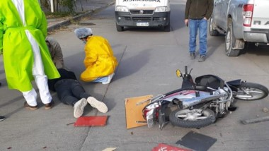 En la colisión se llevó la peor parte un joven repartidor en moto.