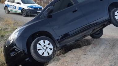 El vehículo Chevrolet Spin quedó al borde de una zanja y casi vuelca.