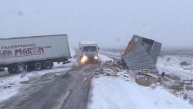 Ambos camiones fueron a parar a la banquina producto del choque.