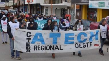 Docentes de Esquel, convocados por la ATECh, marcharon ayer por las calles céntricas de la ciudad, con varios reclamos hacia el Gobierno.