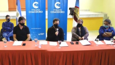 Los intendentes de Comodoro Rivadavia y Rada Tilly  durante la rueda de prensa en la que anunciaron cambios en el proceso de flexibilización.