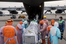 """""""En un avión hércules de la Fuerza Aérea, que está capacitado. A esa persona se la encapsula y, posteriormente, es trasladada al centro hospitalario"""
