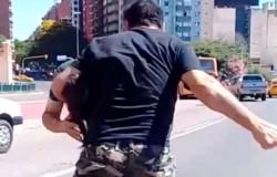 Un hombre resultó herido al ser atacado a golpes por un automovilista que se enfureció cuando vio que circulaba sin barbijo. (Archivo)