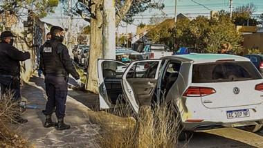 Fuga. El coche que los asaltantes usaron para escapar fue abandonado y Policía lo revisó para hallar pistas.