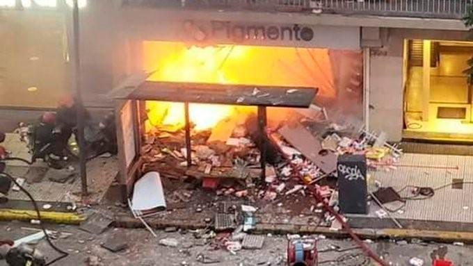 Mueren dos bomberos en la explosión de una perfumería en ...