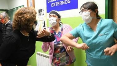 Codo a codo. La mandataria rionegrina, Arabela Carreras, estuvo ayer en el hospital de El Bolsón.