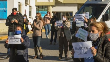 El personal de la salud del Hospital Isola de Puerto Madryn salió a la calle para expresar su reclamo y necesidad de cobrar haberes adeudados.