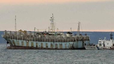 El potero chino permanece en la rada del Golfo Nuevo a la espera de lograr la autorización para zarpar a la zona de pesca.