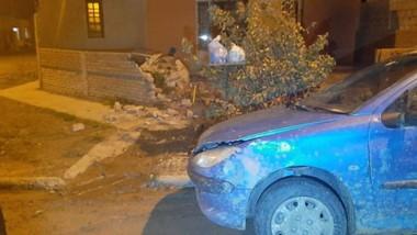 Un vehículo chocó contra el paredón de una vivienda. Rompió un nicho de gas y la llave de agua. Luego huyó.