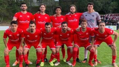 El chubutense Bobadilla (abajo izquierda) debutó en Nueva Zelanda con un gol pero su equipo perdió 3-2.