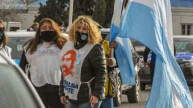 La caravana de docentes y trabajadores viales se movilizó por el boulevard costero y el centro de la ciudad, pidiendo por sueldos y el aguinaldo.