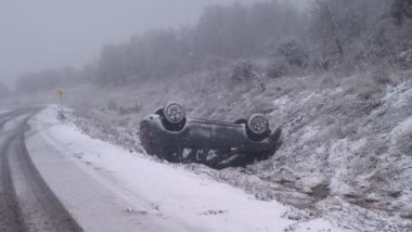 Producto de la nieva en la cinta asfáltica, la Renault Duster volcó.