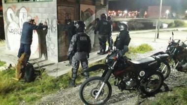 Los efectivos policiales del GRIM aprehendieron a los tres sujetos en el momento que dañaban el obrador.