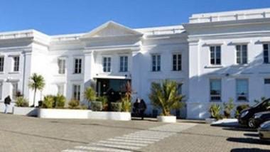Sede de la discordia. En Chubut aseguran que no se cerrará el edificio ni se afectarán las inversiones.