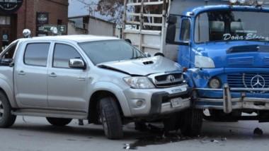 Una camioneta Toyota Hilux y un camión Mercedes Benz colisionaron.