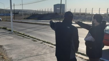 El funcionario de la Fiscalía, Ismael Cerda, recorriendo el lugar.