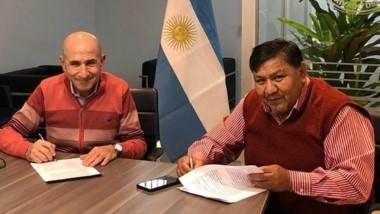 Jorge Ávila junto a José Llugdar, en la firma del acuerdo.