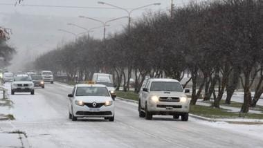 Así lucía la avenida Ameghino de Esquel tras la nieve que se fue acumulando. El tránsito se hizo lento.