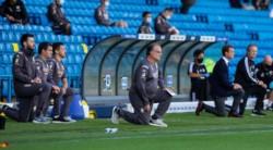 El Loco Bielsa, de rodillas en el minuto de silencio previo al comienzo del encuentro entre Leeds y Fulham.