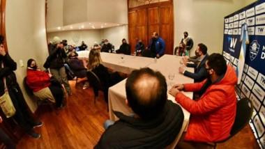 Maderna junto a las autoridades de Salud de la provincia y representantes gastronómicos de Trelew.