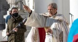 En medio de la ceremonia religiosa, el párroco sorprendió a los presentes con su anuncio: