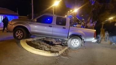 La camioneta terminó arriba de la vereda. El conductor fue demorado.