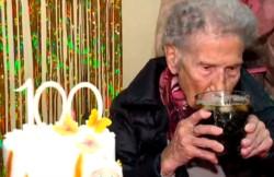 Arriba, abajo, al centro y adentro. La abuela Elena dijo que el secreto de su longevidad es el fernet con coca.