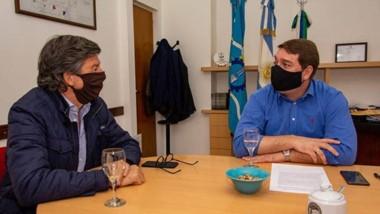 Barbijos. Menna (izquierda) en plena charla junto con el intendente Damián Biss en el despacho municipal.